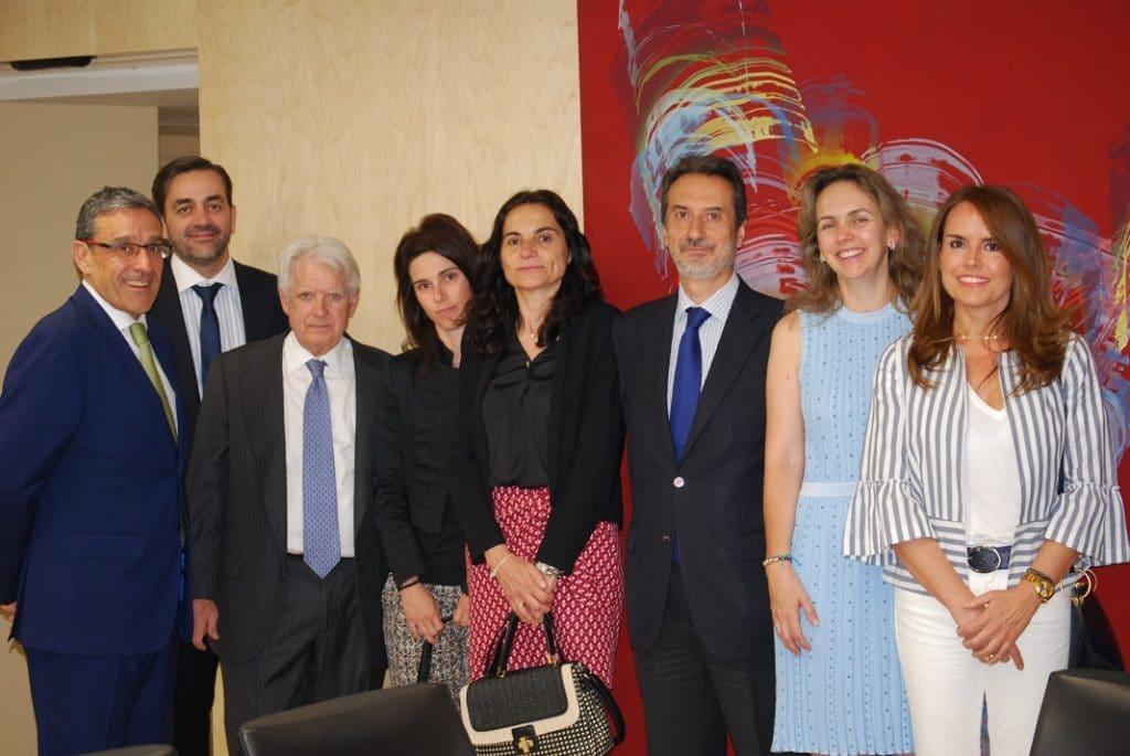Foto de grupo de directivos de FAIN posan con los dirigentes de la Comunidad de Madrid